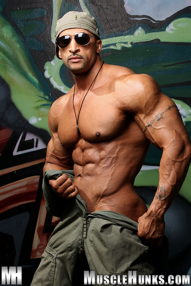 Nude-bodybuilder-Rico-Cane-jerks-fat-muscle-cock-Muscle-Hunks-02-photo
