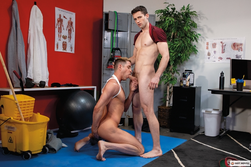Sexy young hunk Quin Quires' huge raw cock stretches Johnny Ford's tight bubble butt